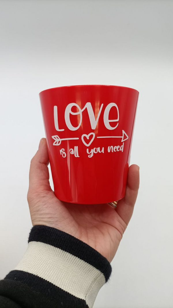 vaso rosso scritta love is all you need